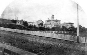 L'université McGill et l'observatoire (à gauche), vers 1860, en regardant vers le nord à partir de ce qui est devenu la rue McTavish. L'observatoire était situé là où se trouve maintenant l'édifice Leacock.