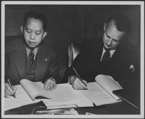 John Peters Humphrey et le général Romulo des Philippines. Genève, avril 1948. Photographe : Nations Unies. Archives de l'Université McGill MG 4127/2002-0086.04.36.1