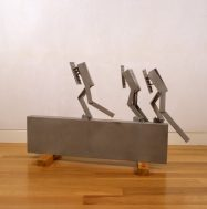 Melvin Charney, CITIES ON THE RUN…Three Stragglers, 1999. Aluminium soudé, sablé et laqué. Don de Lilian et Billy Mauer. Collection d'arts visuels de McGill, 2017-055.