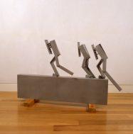 Melvin Charney, CITIES ON THE RUN…Three Stragglers, 1999. Aluminium soudé, sablé et laqué. Don de Lilian et Billy Mauer. Collection d'arts visuels de McGill, 2017-055.