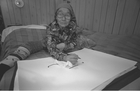 Judith Eglington, Lucy Qinnuayuak Drawing at Home, November 1980,  Library and Archives Canada.